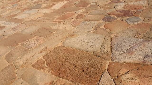 dlaždice - Jak se zbavit mechu v chodníku či zámkové dlažbě
