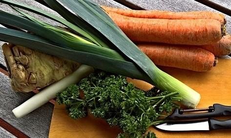 kořenová zelenina - Domácí mrkev, petržel a celer perfektně zazáří ve štědrovečerním vánočním salátu