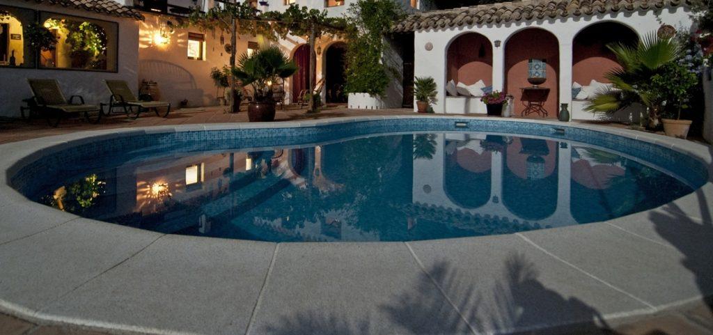 bazén 1024x481 - Osvětlení bazénu: jak ho zakomponovat do celkového obrazu zahrady