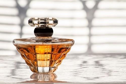 parfém - Santalové dřevo je koření, součást parfémů i lék