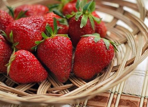 jahody - Co všechno potřebují jahodníky během března