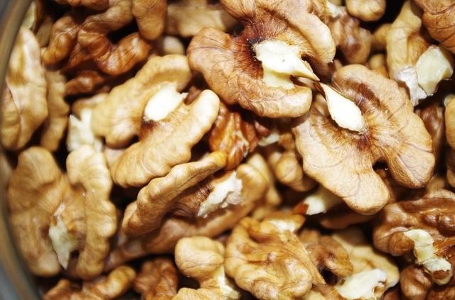 orech - Jak si usnadnit loupání a louskání vlašáků