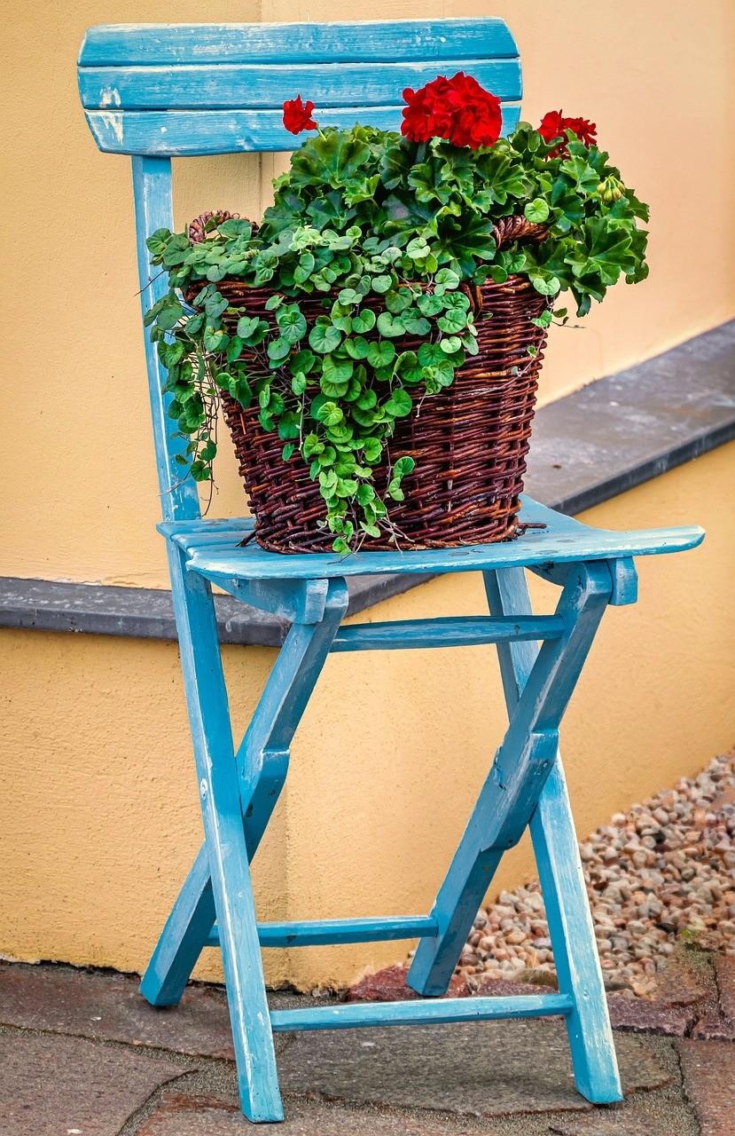 dekorace zidle - Zahradní nábytek trochu jinak. Použijte starší nebo vysloužilý nábytek zinteriéru
