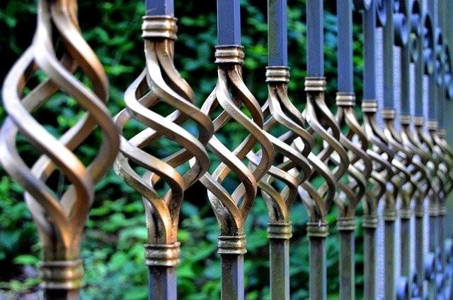 kovovy plot - Řešíte plot kolem pozemku? Jaké jsou možnosti