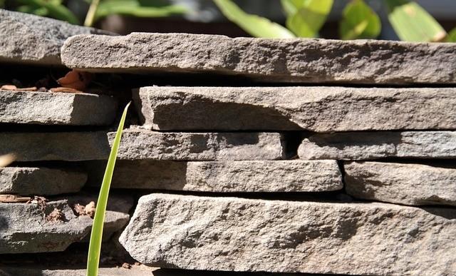 kamen - Pozemek ve svahu a opěrné zdi. Co si pohlídat