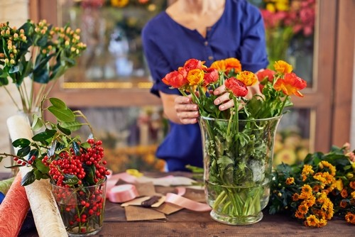ruze - Prodlužte životnost květin ve váze o řadu dní díky několika jednoduchým trikům